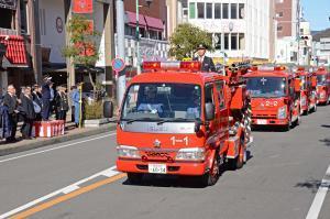 消防車両が列になっている写真
